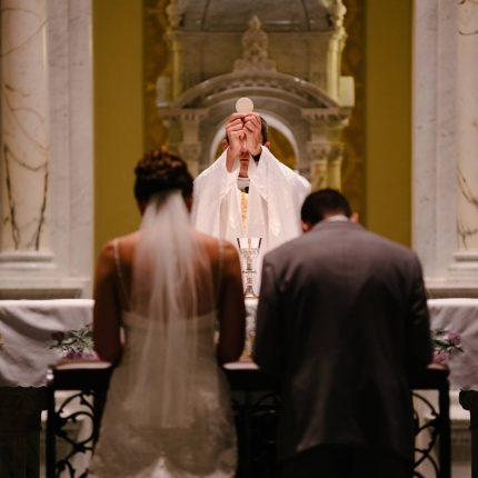 結婚式の牧師ってどんな人?