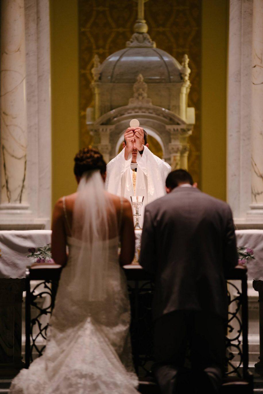 カトリック牧師とカップル