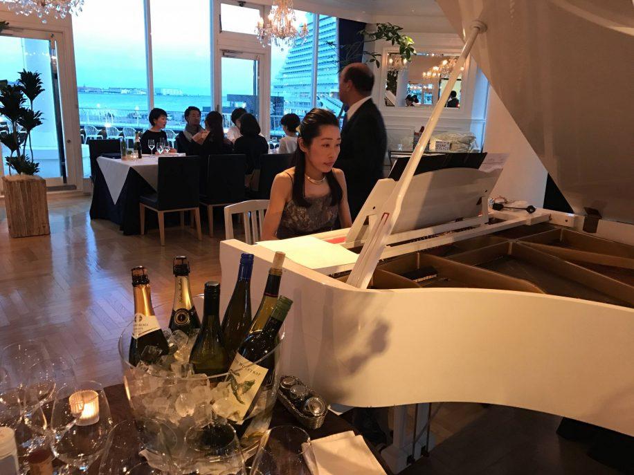 レストランでのピアノBGM。海が見えるレストランのオープニングを白いグランドピアノが飾りました。